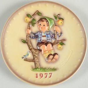Hummel 1977 Annual Hummel Plate, Apple Tree Boy
